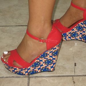 Red and blue wedge heel shoe